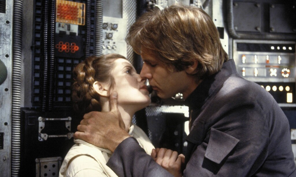 KJÆRLIGHET PÅ SETTET: Carrie Fisher og Harrison Ford har spilt i flere av de populære «Star Wars»-filmene. Nå avslører Carrie at hun og Harrison hadde en romanse på ekte, under innspillingen av den første filmen i 1977. Bildet er tatt fra «Star Wars: Episode V - The Empire Strikes Back» fra 1980. Da var romansen mellom de to over i virkeligheten, men det blomstret fortsatt på skjermen. Foto: NTB scanpix, Lucasfilm