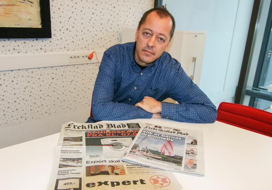 <strong>MISBRUKT:</strong> René Svendsen er sjefredaktør i Fredriksstad Blad. Til venstre ser du kundeavisa til Expert, til høyre den ekte avisa som fikk både navn og logo misbrukt i reklamekampanjen. Foto: Thomas H. Arntsen / Fredriksstad Blad