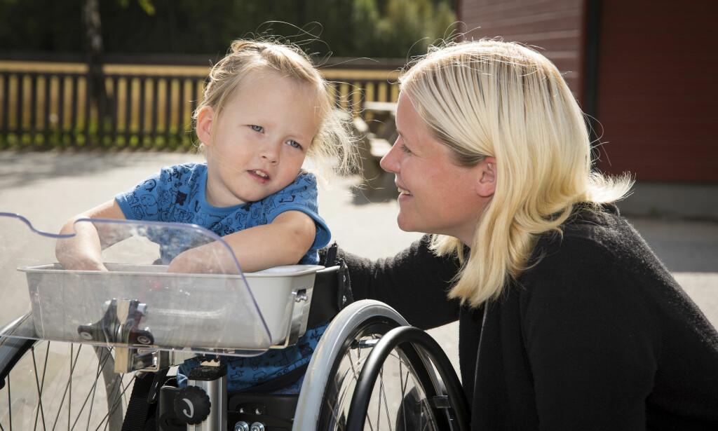 HAR TROEN: - Jeg klamrer meg til håpet, sier Silje Andersen. Datteren Emma har CP, men skal nå på en lang reise til USA for å bli operert.
