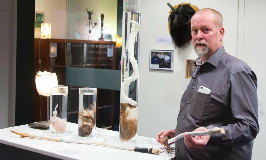 I PAPPAS FOTSPOR: Hjortur Sigurdsson driver det populære museet. Han tok over jobben etter sin far i 2011. Foto: AFP PHOTO / Halldor KOLBEINS / NTB Scanpix