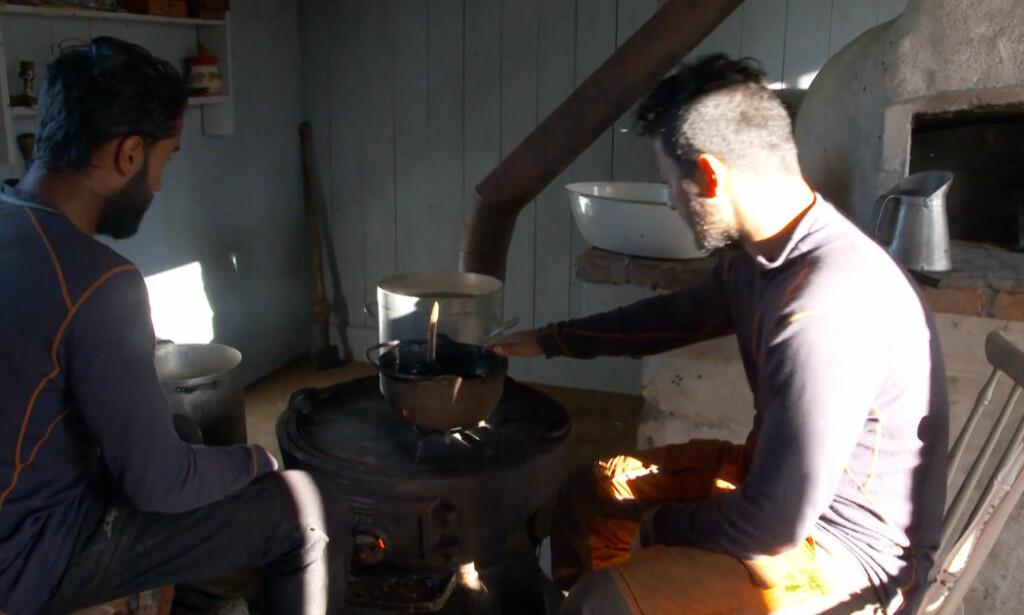 PASSA PÅ: Ali Ahmad (t.v.) sier til Dagbladet at han og storbonde Burhan Qaderi gjorde sitt beste for at tjæregryta skulle stå trygt på varmen i bakstehuset. Foto: TV 2