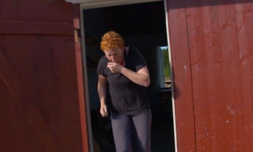 OS OG RØYK: Laila Lochert kom ut til et røykfylt bakstehus mens de andre deltakerne slappa av etter lunsj. Foto: TV 2