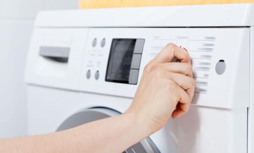 NY VASKEMASKIN? Mange butikker vil selge deg montering når du kjøper ny vaskemaskin. Så lenge de ikke tilbyr deg fagfolk, kan du like godt gjøre det selv - om du selv synes du greier det. Foto: Shutterstock/NTB Scanpix