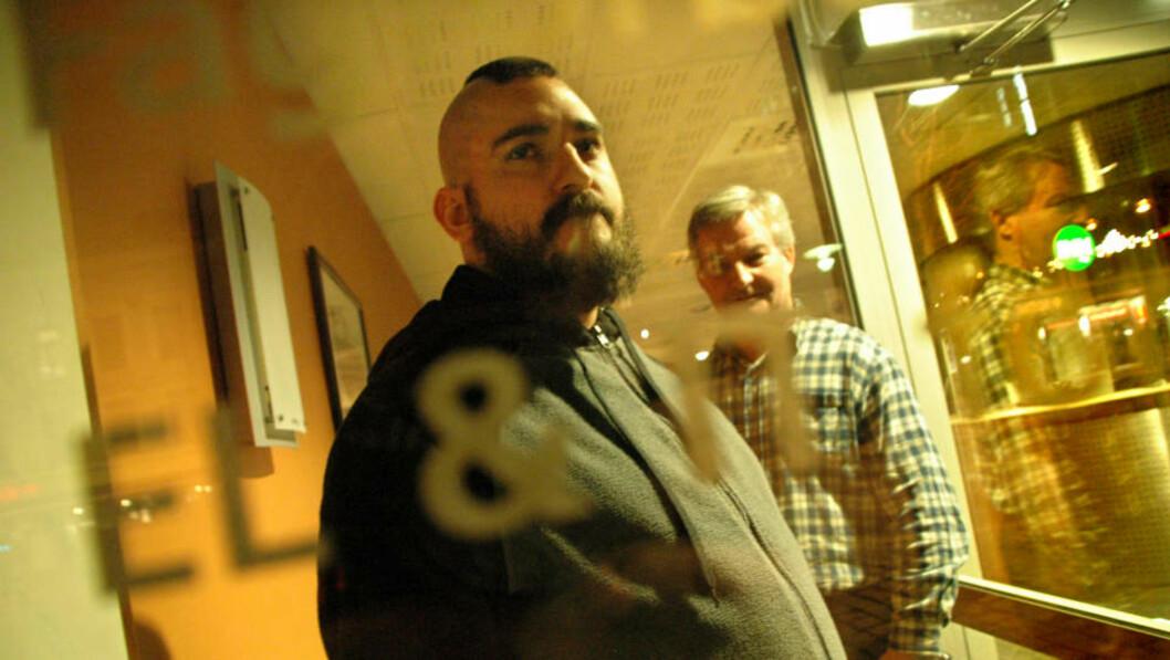 <strong>FÅR HJELP AV FAGFORENINGEN:</strong> Osman Keskin (foran) er en av flere Funcom-ansatte som har fått hjelp av LO-forbundet EL &amp; IT ved Erik Bråten (bakerst). Keskin jobber ikke lengre i selskapet.  Foto: Pål Nordseth