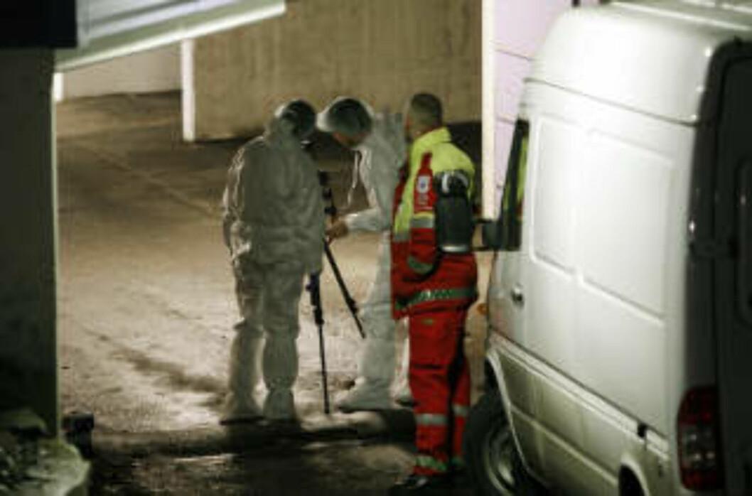 <strong>ÅSTEDET:</strong> Politiet arbeidet torsdag ettermiddag på åstedet i garasjeanlegget på Skøyen i Oslo, der en 43 år gammel mann tidligere på dagen ble funnet død etter at han skal ha blitt knivstukket flere ganger. Foto: Erlend Aas / SCANPIX
