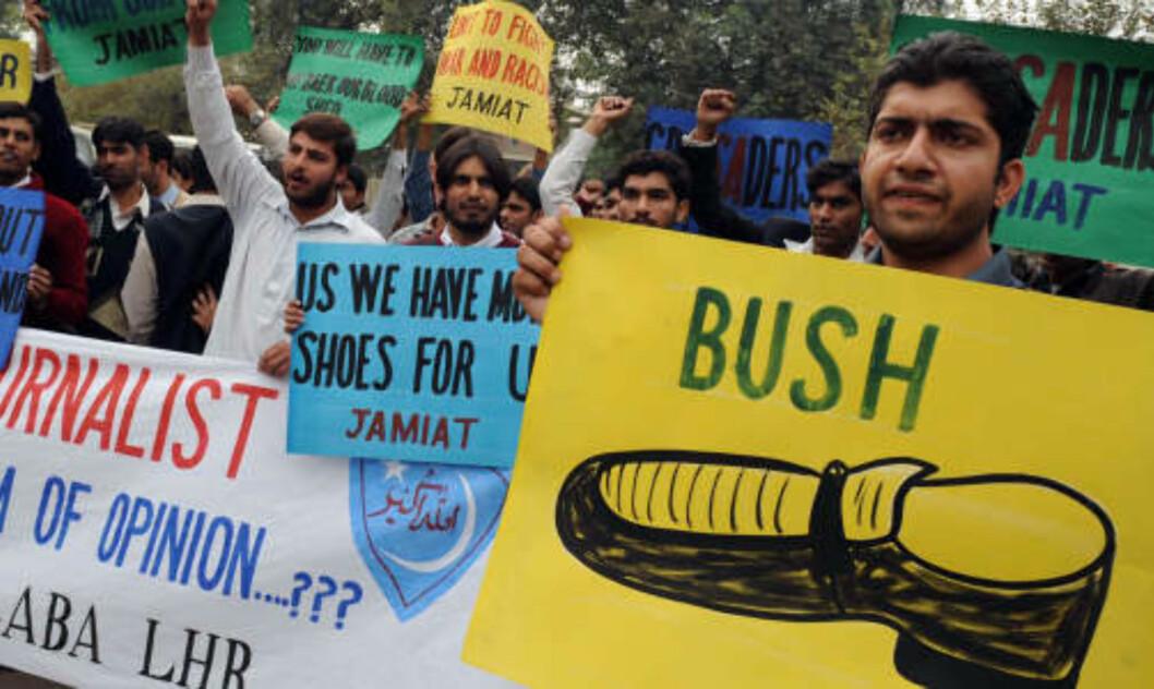 <strong>NY STANDARS:</strong> I mange land har skokastingen mot president George W. Bush satt en ny standard for hvordan demonstranter viser sin motstand mot USA. Her blir plakater av den berømte Bush-skoen vist fram under en demonstrasjon i Lahore i Pakistan. Foto: AFP/PHOTO/ Arif ALI