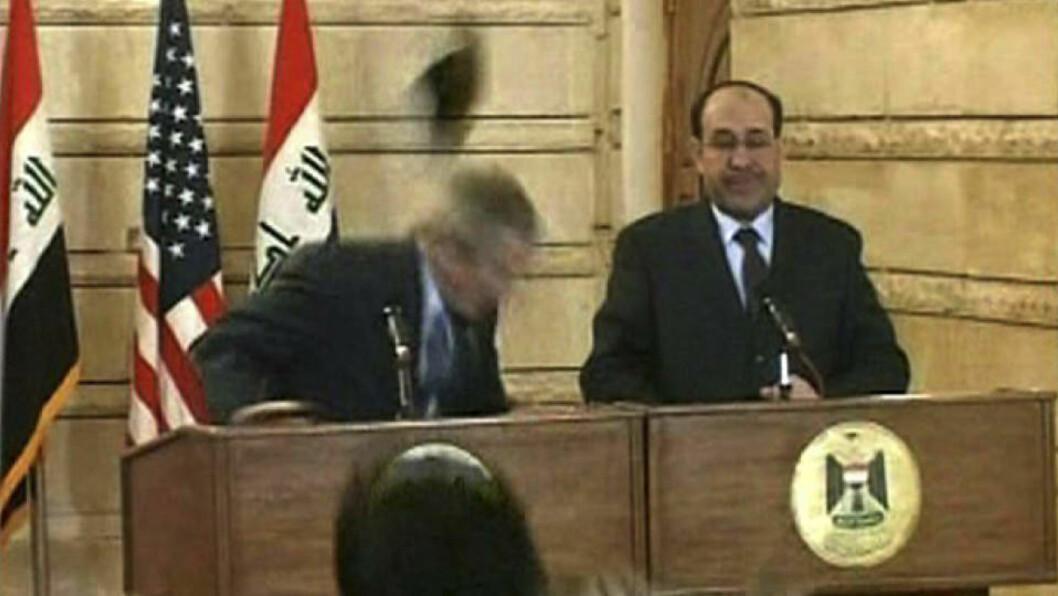 <strong>KASTER SKOEN:</strong> Her kaster den irakiske journalisten skoene sine på president George W. Bush. Foto: SCANPIX