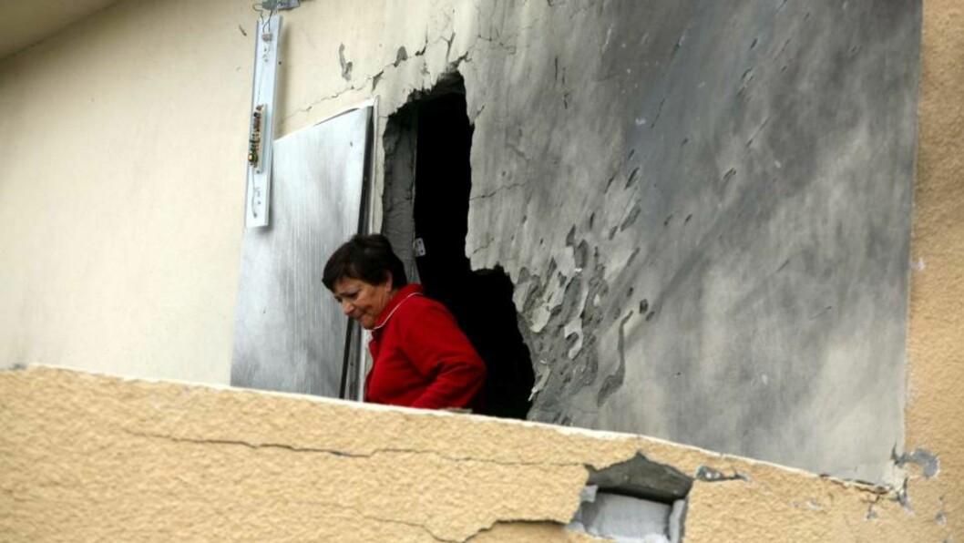 <strong>RAKETTANGREP:</strong> Israelske Maya Aviar fikk huset sitt i Sderot beskutt av en Qassam-rakett i dag. EPA/PAVEL WOLBERG