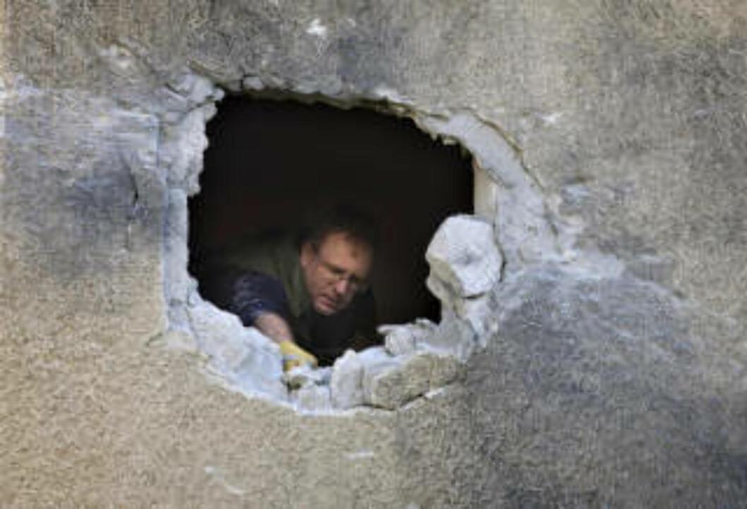 <strong>SKADER I BEGGE LEIRE:</strong> En mann undersøker skadene etter et palestinsk angrep på den israelske byen Netivot. Foto: Sebastian Scheiner/AP/Scanpix