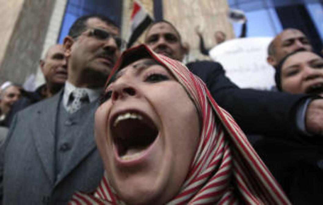 <strong>PROTESTER:</strong> Demonstranter protesterer mot de israelske luftangrepene i Kairo. Foto: Amr Dalsh/REUTERS/Scanpix