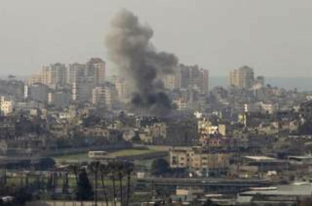 <strong>EKSPLOSJONER:</strong> Israelske bomber går av i Gaza. Foto: Sebastian Scheiner/AP/Scanpix