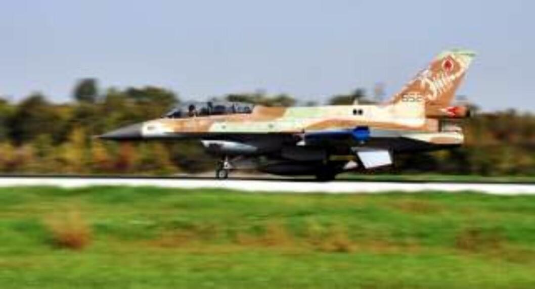 <strong>ANGREP:</strong> Et israelsk bombefly tar av i retning Gaza. Foto: Neil Cohen/EPA/Scanpix
