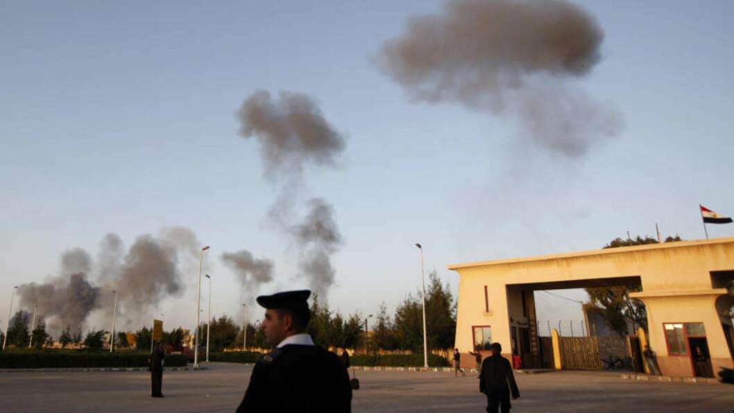 <strong>EKSPLOSJONER:</strong> Røyk etter flyangrep på Gaza kan skimtes fra grensen mot Egypt. Foto: Nasser Nasser/AP/Scanpix