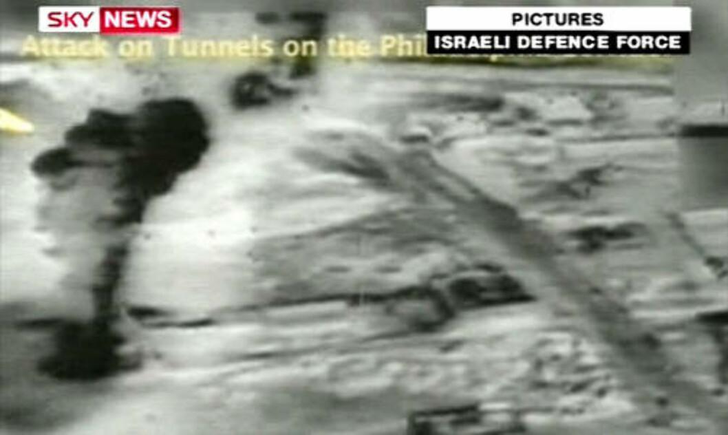 <strong>EKSPLOSJONER:</strong> Et bilde offentliggjort av det israelske forsvaret viser eksplosjoner på grensen mellom Gaza og Egypt.  Foto: Det israelske forsvaret/Sky News/AFP/Scanpix
