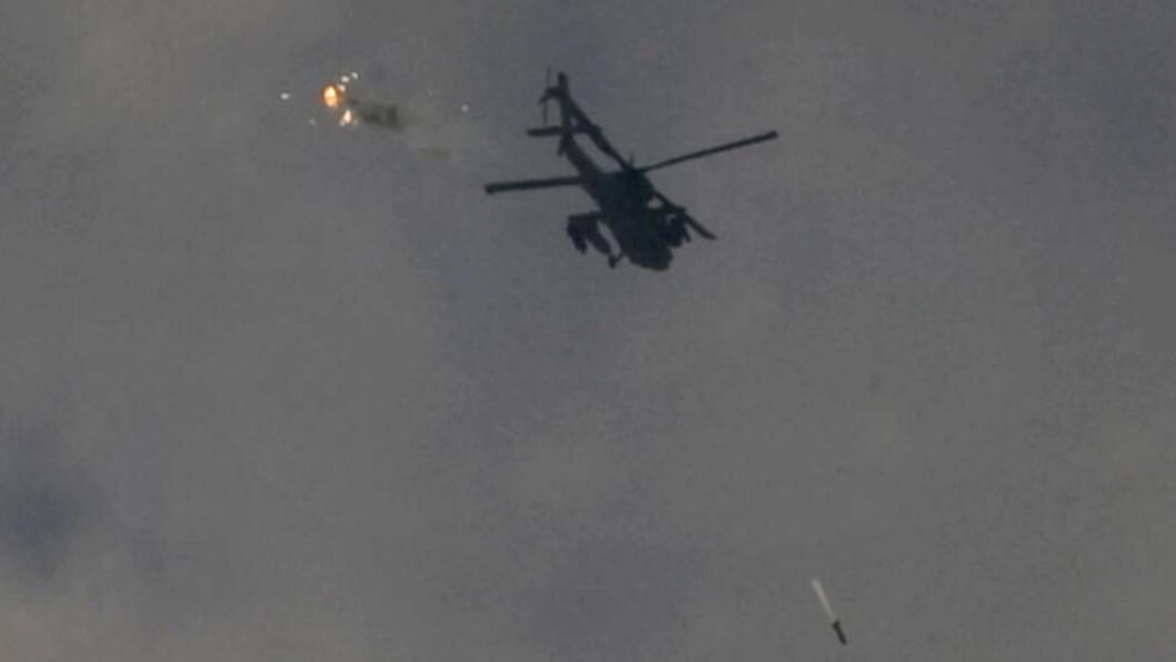 <strong>BOMBEANGREP:</strong> Et israelsk helikopter slipper en bombe mot mål i Gaza. Foto: Sebastian Scheiner/AP/Scanpix