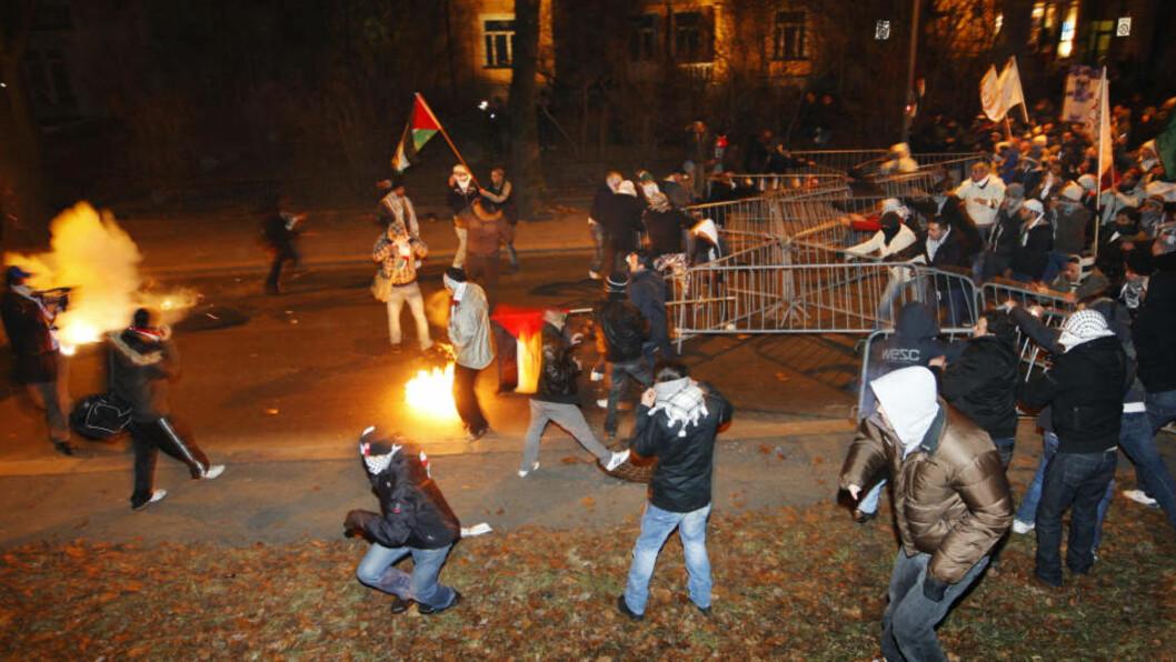 <strong>ANGREP POLITIET:</strong> Flere politifolk fikk lettere skader da hissige demonstranter gikk til angrep utenfor Israels ambassade i går kveld. Foto: Erlend Aas / SCANPIX
