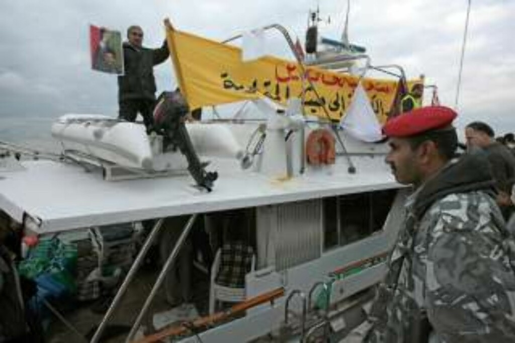TAS IMOT: Her ankommer «Dignity» Libanon, på vei til Gaza. Foto: Nabil Mounzer/EPA/Scanpix