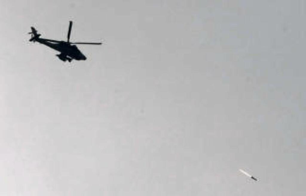 BOMBE: Et israelsk Apache-helikopter slipper en bombe over Gaza. Foto: Jack Guez/AFP/Scanpix
