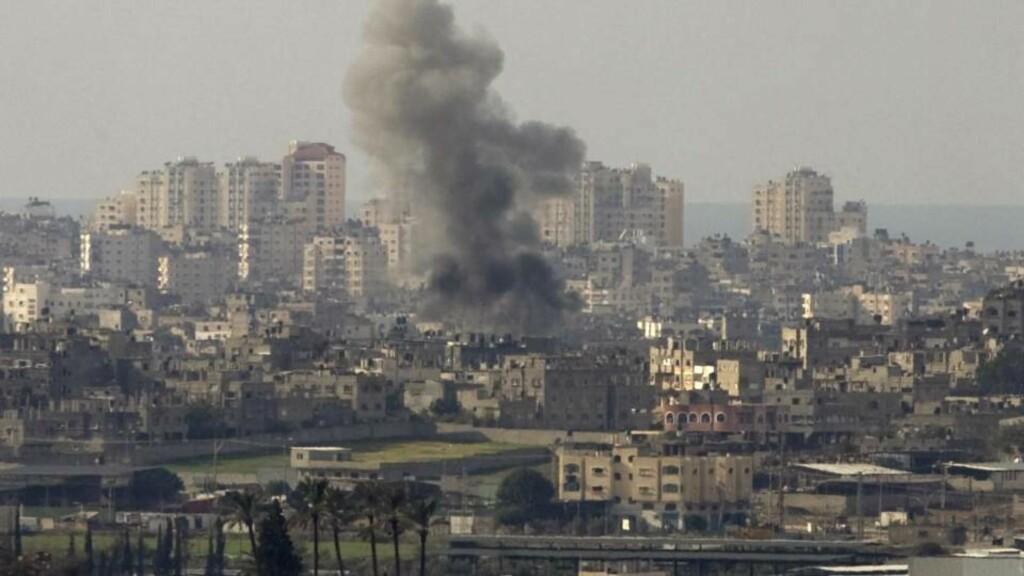 NYE ANGREP: Israel fortsetter i natt angrepene på Gaza. Her fra et tidligere bombeangrep. Foto: Sebastian Scheiner/AP/Scanpix