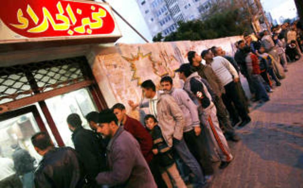 FRYKT: 750 000 barn og unge lever daglig med rakettangrepene mot Gaza. De må også stå i lange køer for eksempel for å kjøpe brød. Foto: Mahmud Hams/AFP/Scanpix