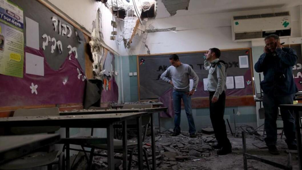 <strong>INGEN SKADD:</strong> Elvene i byen Beersheba ble bedt om å være hjemme fra skolen i dag, på grunn av faren for luftangrep. Derfor ble ingen skadd av raketten som landet i klasseromet. FOTO: EPA/PAVEL WOLBERG/SCANPIX