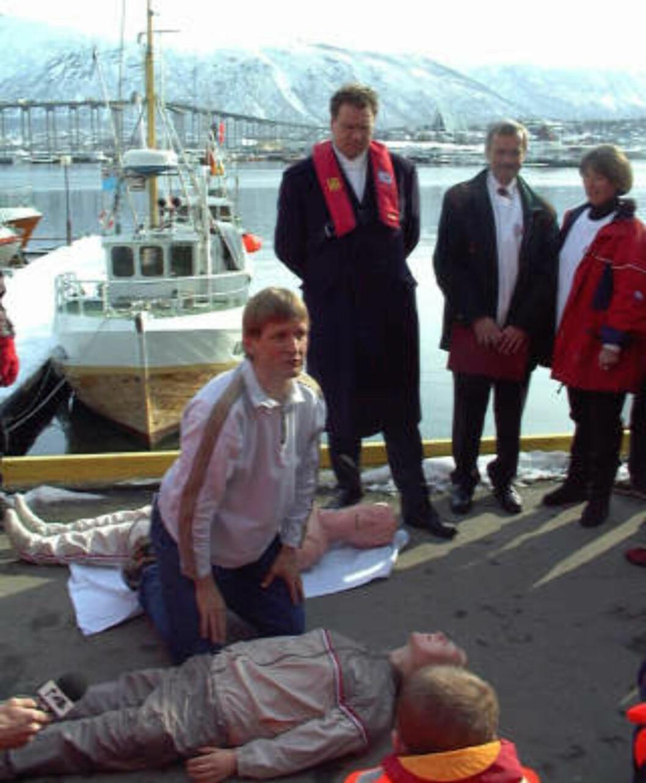 <strong>PROTESTAKSJON:</strong> I 1999 lanserte daværende næringsminister Lars Sponheim (V) handlingsplan mot ulykker med fritidsbåter. Mads Gilbert (t.v) nektet å gi Sponheim opplæring i førstehjelp, i protest mot Norges deltakelse i Nato-bombingen i Jugoslavia. FOTO: Jan-Morten Bjørnbakk/SCANPIX