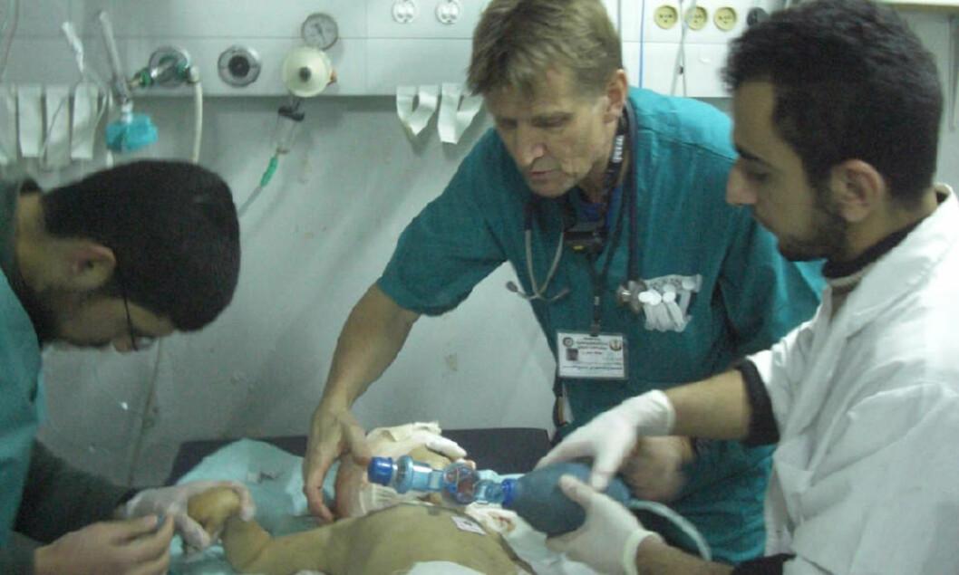 <strong>INNE I GAZA:</strong> Mads Gilbert og teamet jobber med et spedbarn med alvorlige bruddskader etter israelske angrep i går. Foto: NORWAC