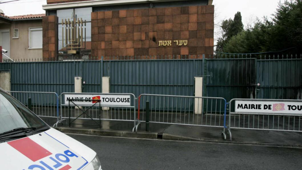 <strong>ANGREPET:</strong> To biler fulle med bensin ble brukt i angrepet mot denne synagogen i Toulouse. Inngangsporten er svidd, men verken bygg eller folk ble skadet. REUTERS/Jean-Philippe Arles