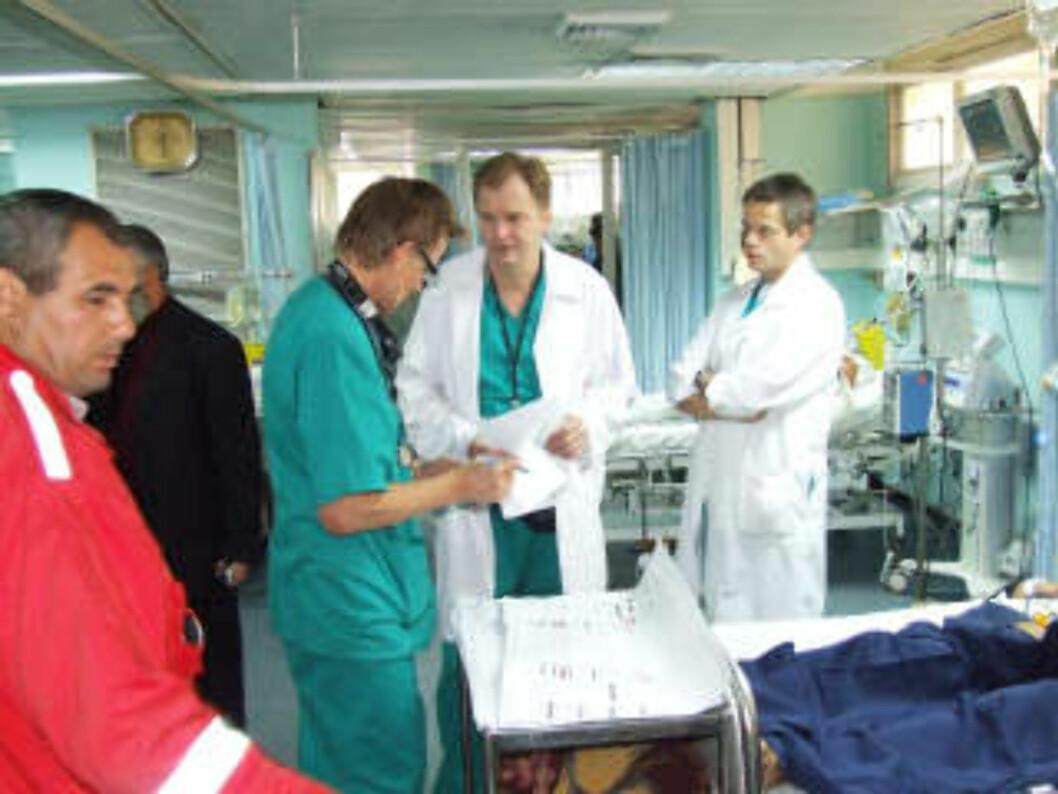 PÅ SYKEHUSET: Mads Gilbert og Erik Fosse vil fortsette å yte en innsats på sykehuset de neste dagene. Foto: Hamada Hamada