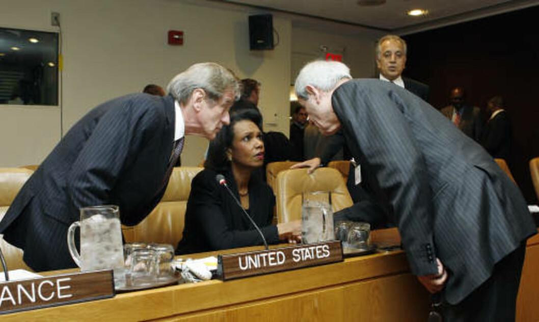 ENIGHET I SIKKERHETSRÅDET: Condoleezza Rice samtaler her med Frankrikes utenriksminister Bernard Kouchner og Libanons forsvarsminister Fawzi Salloukh før møtet i sikkerhetsrådet. Foto: AP Photo/UN Photo/Evan Schneider/Scanpix