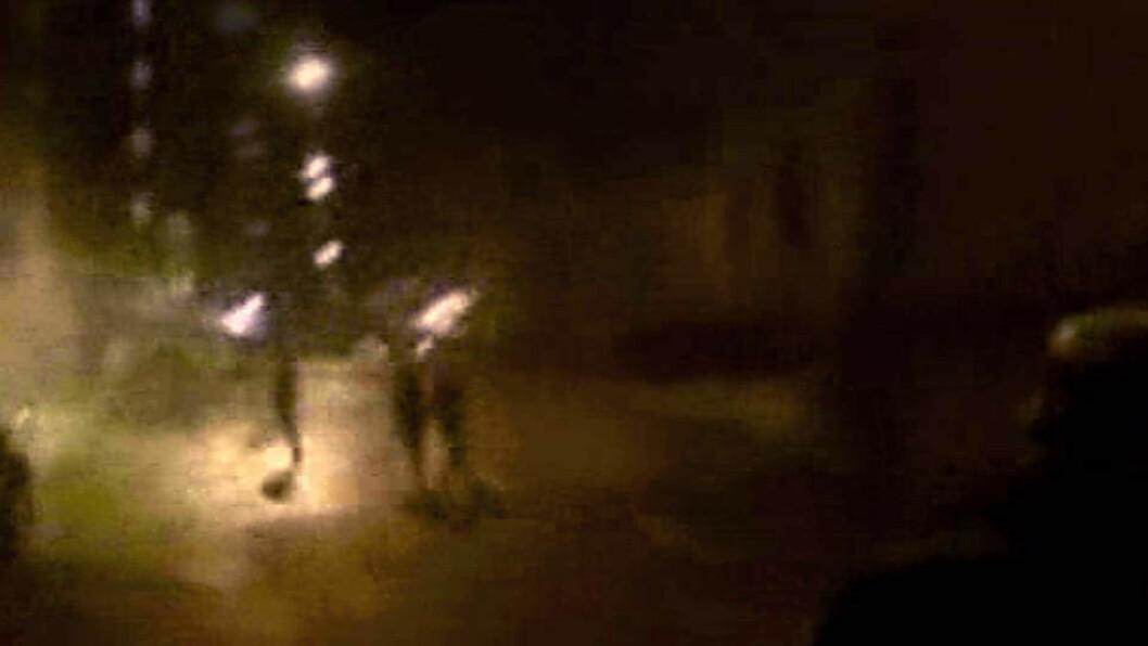 <strong>RAKETTANGREP:</strong> Demonstranter skjøt raketter inn i Frimurerlosjen hvor barn hadde juletrefest. Foto: Privat