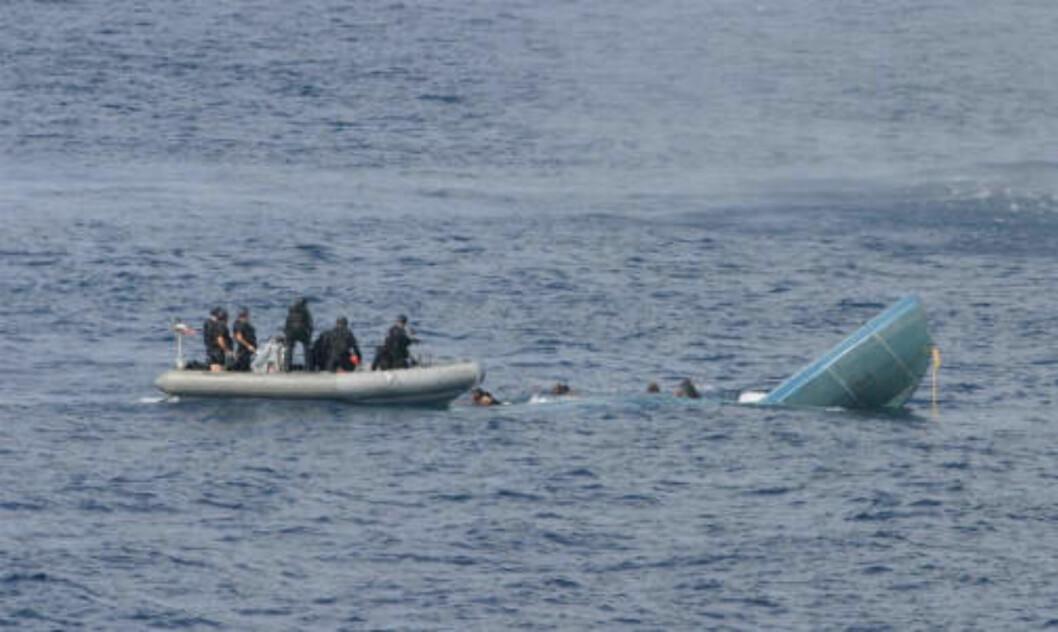 <strong>REDDES:</strong>  Kystvakten ender med å måtte redde smuglerne. Foto: U.S Navy/ United States Coast Guard/