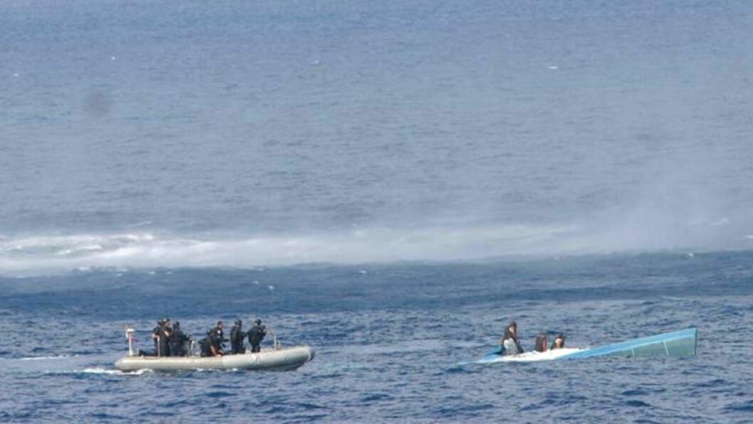 <strong>SENKER BEVISENE:</strong>  Båten, som kan ha inneholdt kokain til en verdi av opp til 400 millioner, går rett ned foran øynene på lovens lange arm. Foto: U.S Navy/ United States Coast Guard/