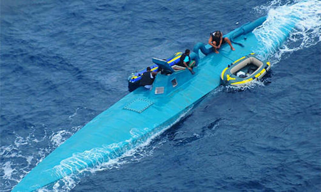<strong>FORLATER BÅTEN:</strong>  Denne båten gikk ned ca. 150 mil nordvest for grensa mellom Colombia og Ecuador 8. januar. Her gjør mannskapet seg klar. Foto: U.S Navy/ United States Coast Guard/