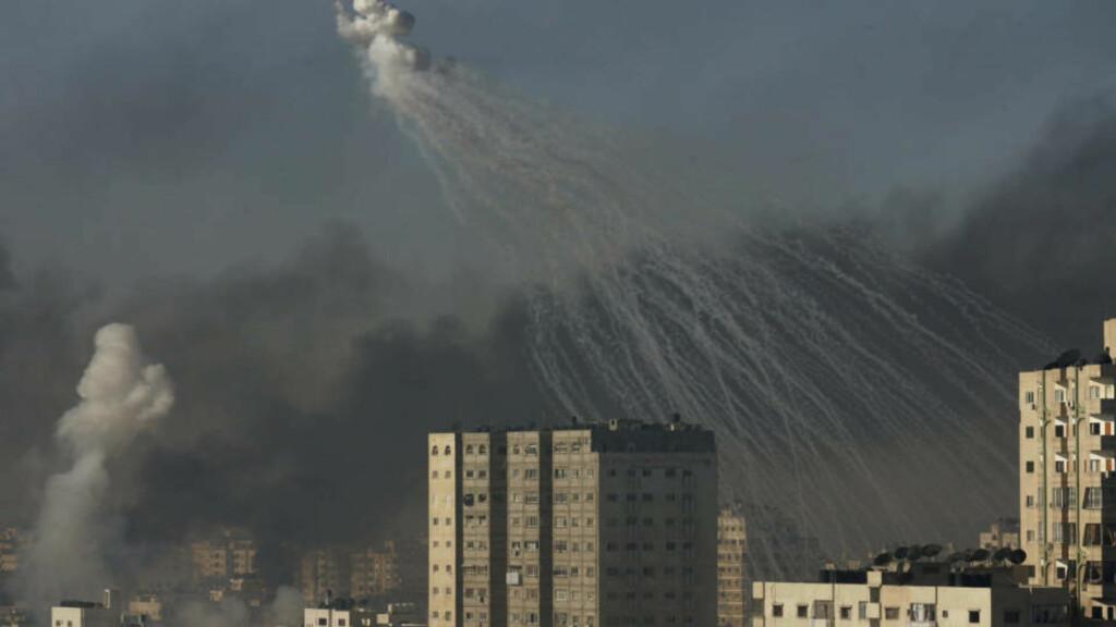 ANGRIPER MED STRIDSVOGNER: Under en operasjon dypt inne i Gaza by torsdag morgen ble høyblokker skutt mot av stridsvogner, ifølge vitner. Tusener av sivile flykter etter de kraftige angrepene. Foto: HATEM MOUSSA/AP/SCANPIX