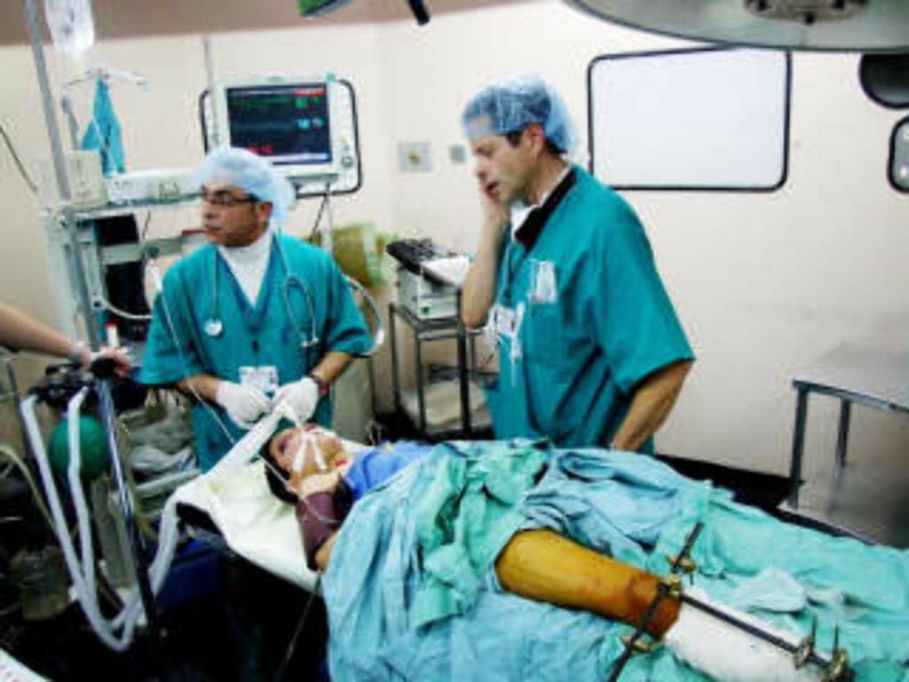TRE OM GANGEN: Den norske legen Mohammad Abou-Arab (t.v.) og Dagfinn Bjørklid, på plass på Shifa-sykehuset i Gaza by. Foto: Hamada Hamada/ Dagbladet
