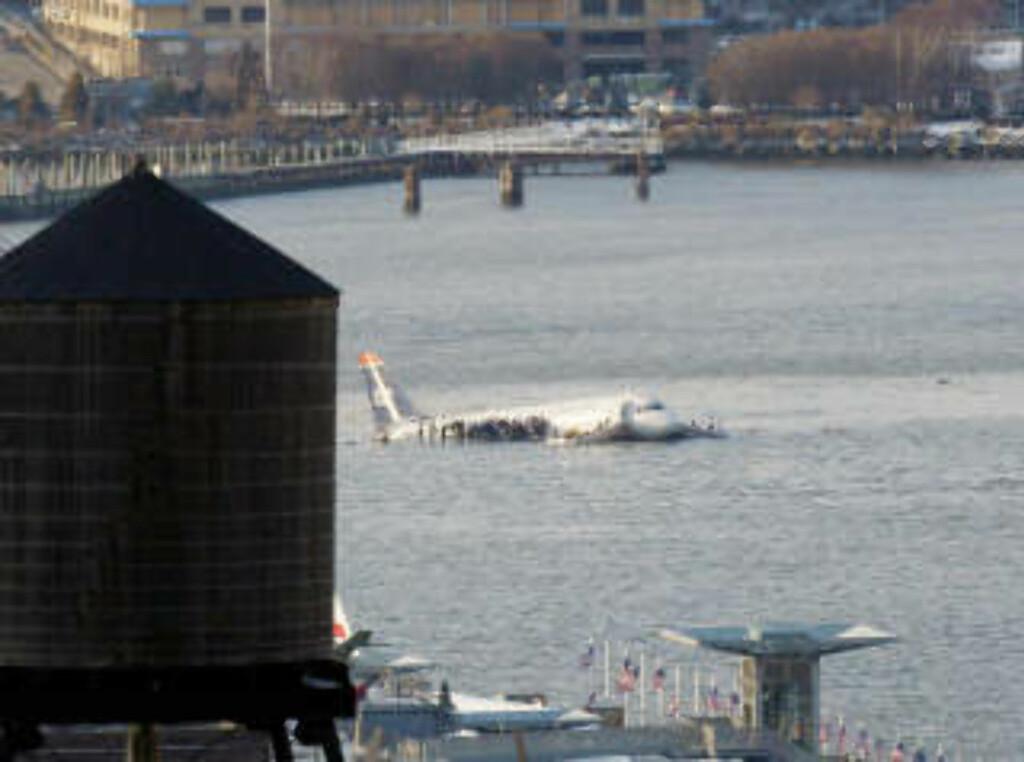 KONTROLLERT: Passasjerflyet landet i Hudson-elva midt i metropolen, men uten å treffe bebyggelsen.