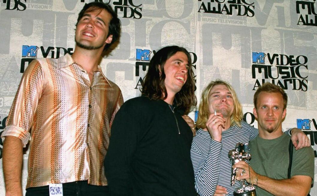 <strong>GODE PÅ EKTE INSTRUMENTER:</strong> Men da Nirvana-bassist Krist Novoselic skulle prøve seg på «Rock Band» gikk det ikke like bra. Her fra «glansdagene» sammen Dave Grohl, Kurt Cobain og en ikke-identifisert person under MTV Music Awards i 1993. Foto  AP Photo / Mark J. Terrill / Scanpix