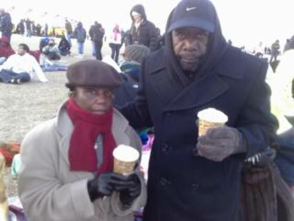 VIL VISE STØTTE: Med tykke klær og kopper med kakao prøver Frankie og Roy Coleman å holde varmen. Foto: Sveinung Uddu Ystad