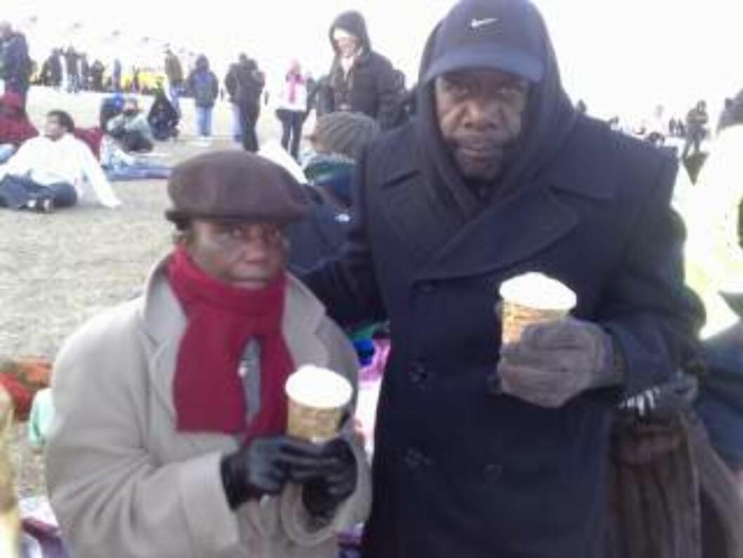 <strong>VIL VISE STØTTE:</strong> Med tykke klær og kopper med kakao prøver Frankie og Roy Coleman å holde varmen. Foto: Sveinung Uddu Ystad