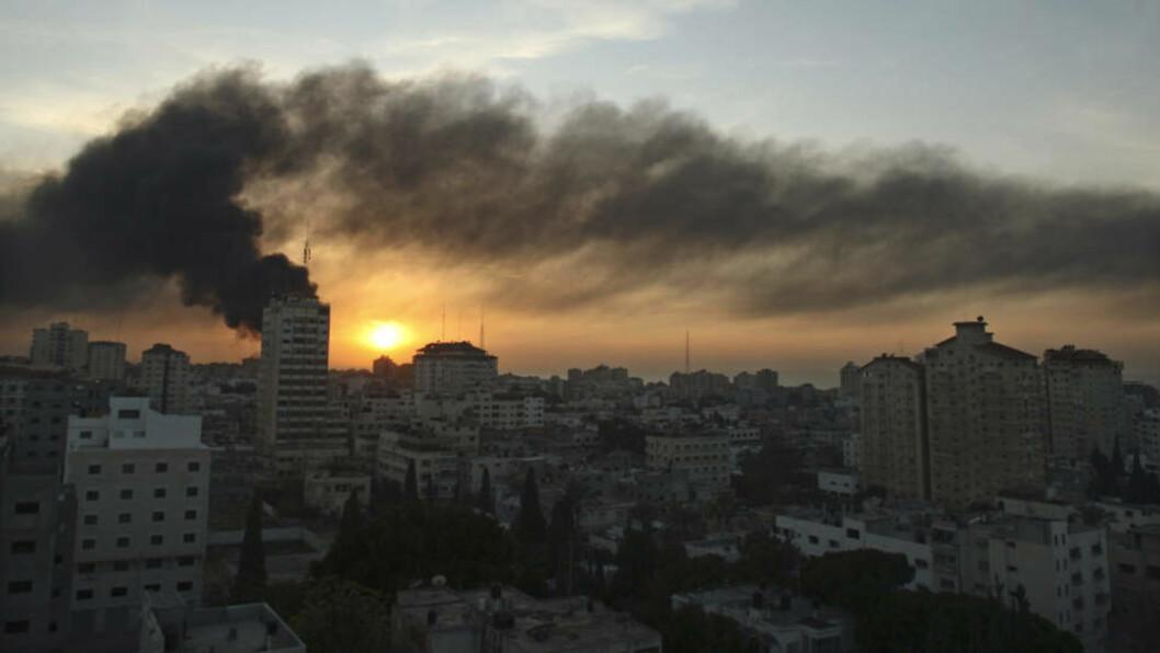 <strong>SANNHET:</strong> En israelsk soldat skuer mot Gaza. Forfatteren Morten Strøksnes hevdet i forrige uke at Herman Willis ikke er ute etter å fortelle sannheten, men at han bare vil si det motsatte av Israels kritikere. I denne artikkelen svarer Willis på innvendingene. Her ryker det fra bygninger på Gazastripen etter angrep 15. januar. REUTERS/Suhaib Salem (GAZA)