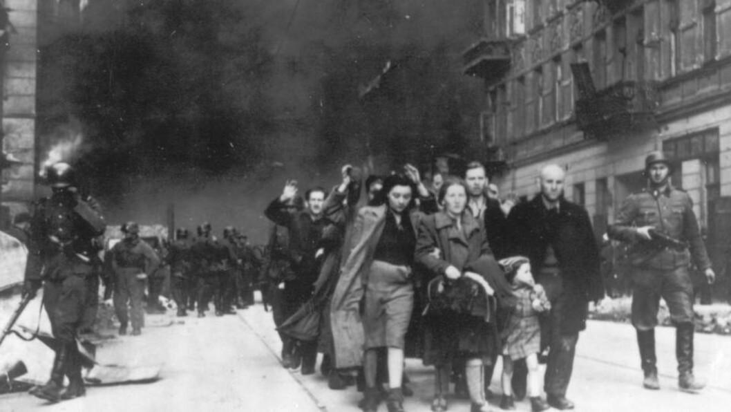 <strong>DEPORTERTE JØDENE:</strong> Polske jøder deporteres ut av Warszawa-ghettoen av tyske SS-soldater i april 1943. Nær sagt alle som bodde i ghettoen døde, enten av sult, sykdommer, av tyske kuler eller gass. Foto: AP