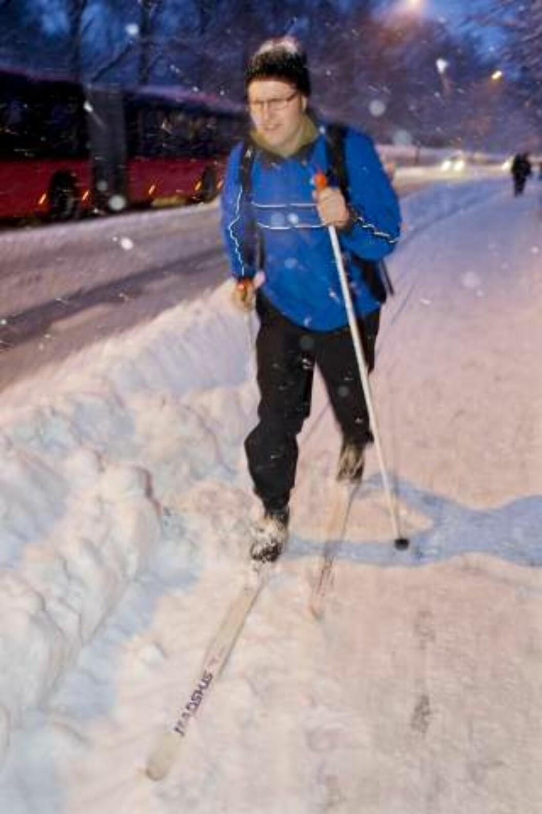 <strong>TOK SKIENE FATT:</strong> Ove Dahle fra Torshov tok skiene fatt for å komme seg på jobb på Frogner i Oslo  mandag morgen.  Det passet best med klassisk stil i bygryta. Foto: Håkon Mosvold Larsen / SCANPIX