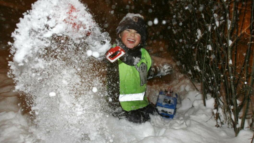 <strong>VINTERGLEDE:</strong> Forrige helg kom snøen tilbake til hovedstaden, og 4 1/2 år gamle Erik ønsket den riktig velkommen, selv om det betydde at han i likhet med mange andre måtte måke for å kunne bruke bilen sin. Foto: Jon Eeg / SCANPIX