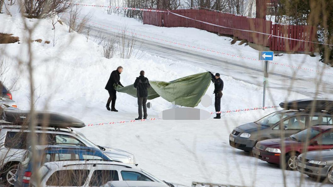 <strong>ÅSTEDET:</strong> Kvinnen ble drept på parkeringsplassen mellom Slettaelva barneskole og Karveslettlia barnehage i Tromsø. Foto: Arthur Arnesen
