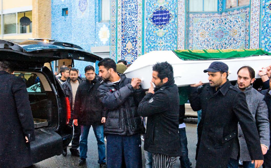 <strong>STOR SORG:</strong> Nære pårørende bar i dag kista til den drepte trebarnsfaren Mohammed Javed ut av moskeen i Åkebergveien.  (Mennene på bildet har såvidt Dagbladet kjenner til ingen tilknytning til kriminelle miljøer).
