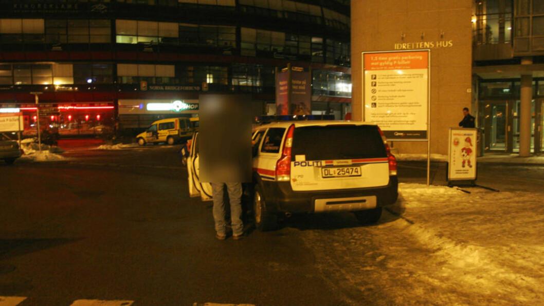 <strong>AVGIR FORKLARING:</strong> Mannen som ble ranet med golfkølle forklarer hendelsesforløpet til politiet utenfor Ullevaal stadion. Foto: Frank Evensen