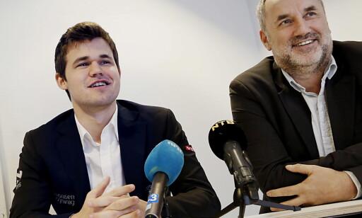 STOPPET: Magnus Carlsen sammen med manageren, Espen Agdestein. Foto: Jacques Hvistendahl / Dagbladet
