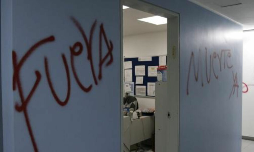 <strong>«UT-DØD»:</strong>  I tillegg til å ødelegge religiøse symboler ble det tagget hatefulle meldinger på veggene i synagogen. Foto:  EPA/EDUARDO MAYORCA