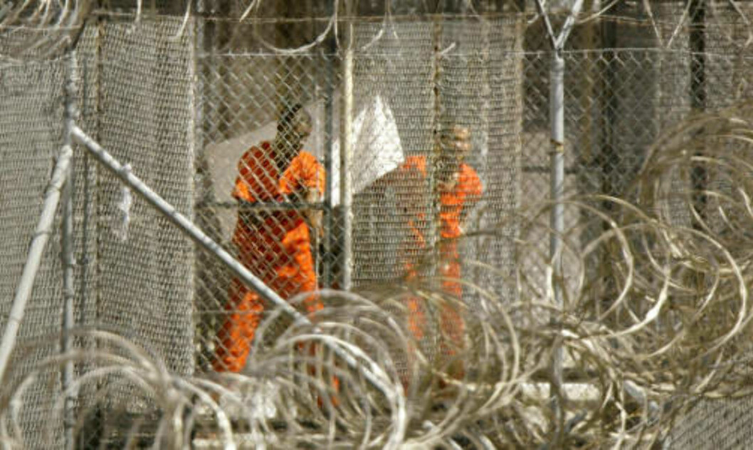 <strong>LENGTER UT:</strong> En Guantanamo-fange titter lengselsfullt mot fotografen. Foto: Kevin Lamarque/AFP/Scanpix